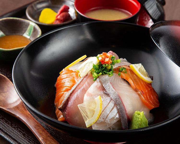 ランチの海鮮丼は880円で大人気!