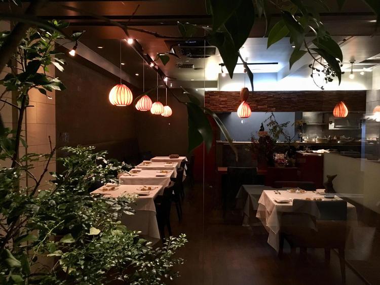 佇む小さなフランス料理店