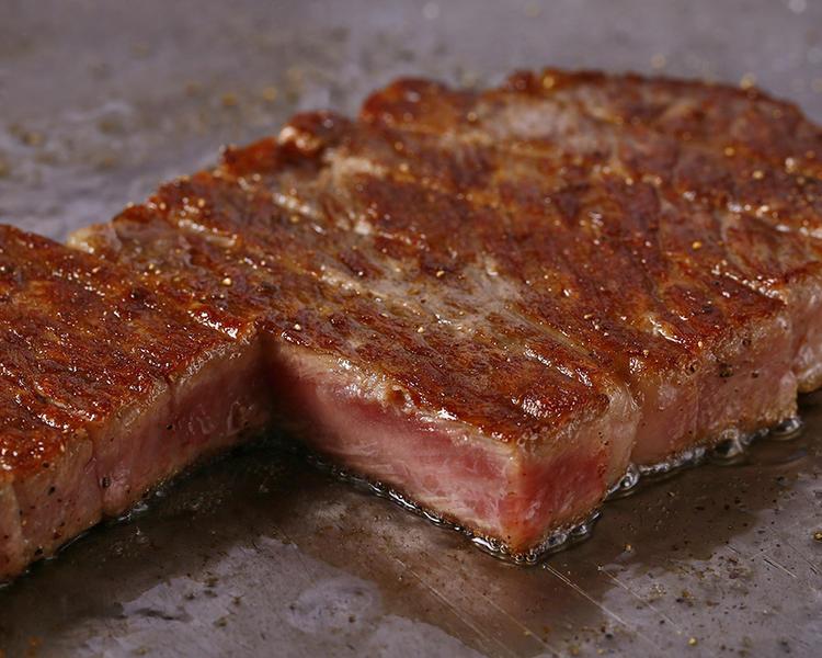 厳選したステーキを鉄板で焼き上げます