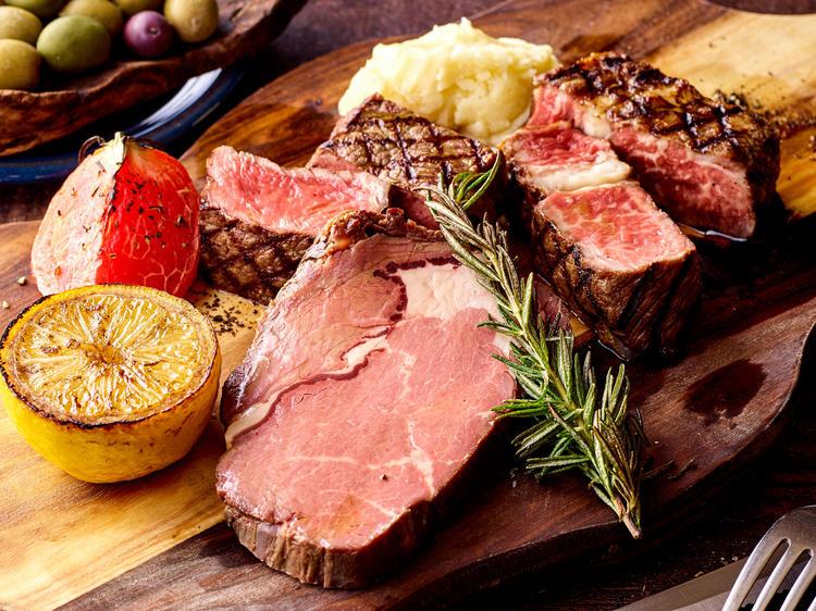シンプルに素材を活かしたメインの肉料理。