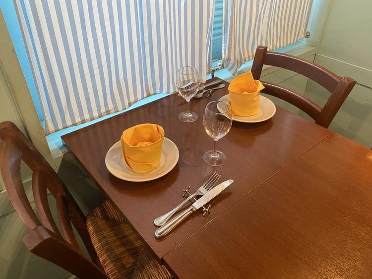 いつも笑い声がひびく明るいテーブル席。