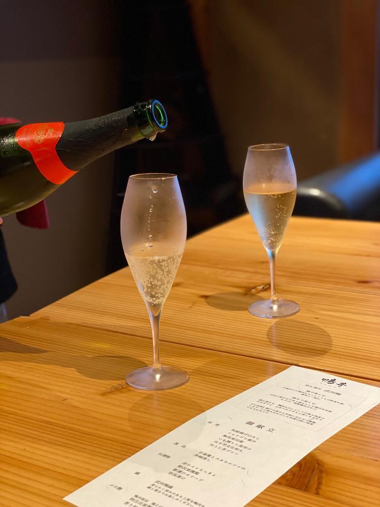 2階の隠れ家「鴨井」シャンパン