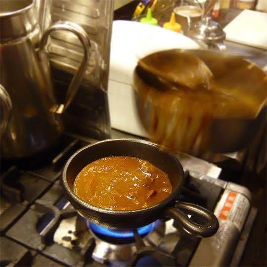 土鍋でカレーを温めて提供します!
