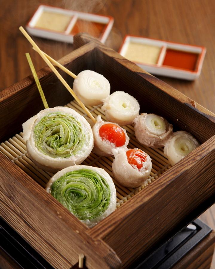 新鮮な野菜をお肉で巻いた野菜巻き串が人気