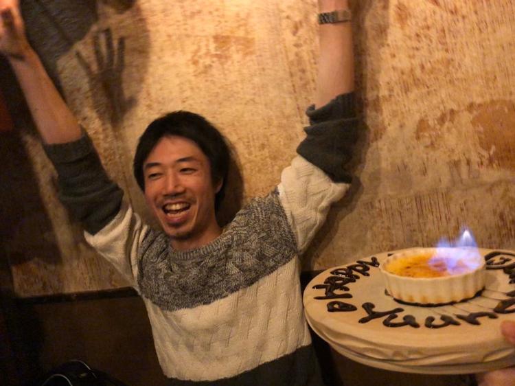 スタッフの誕生日祝いで大喜び