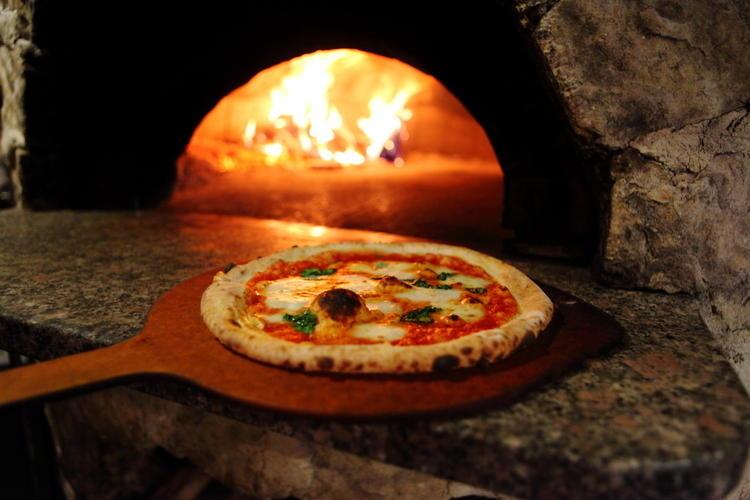 オーダーが入ってから焼き上げるピザ