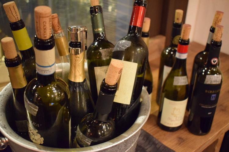 ワインは常に日替わりで数十種類空いてます