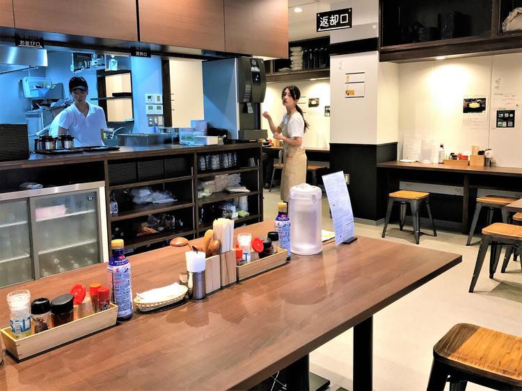 広いキッチン&清潔感溢れる明るい店内