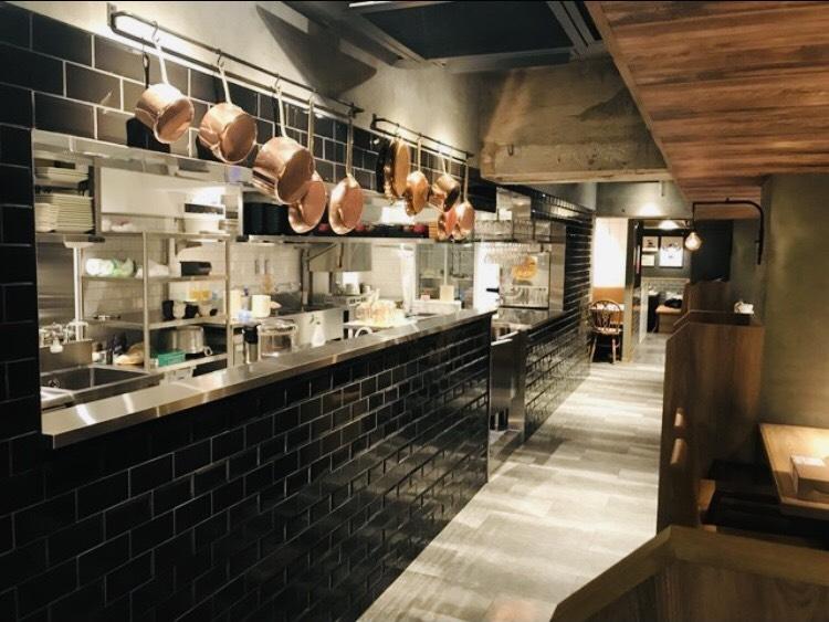 オープンキッチンで開放的なお店です