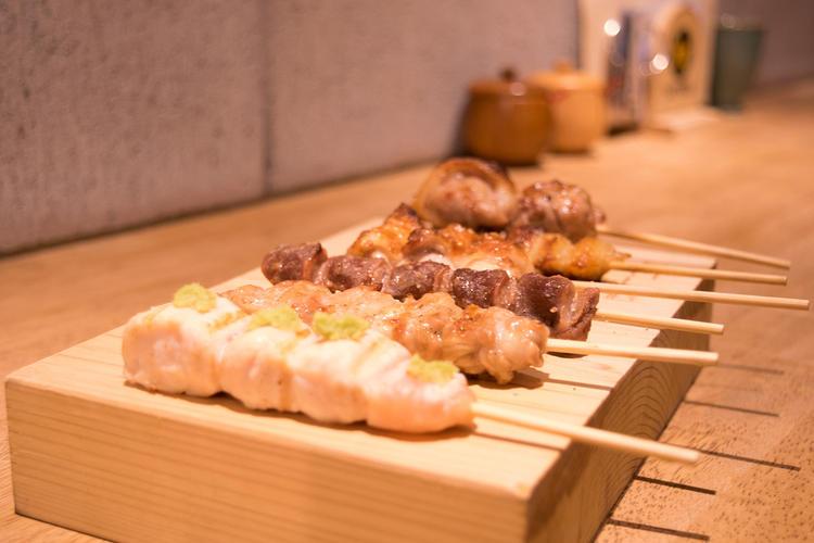 愛媛地鶏を使った炭焼き料理が人気◎