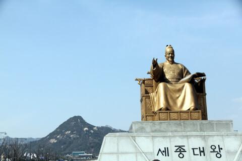 世宗大王銅像(セジョンテワントンサン:세종대왕동상)