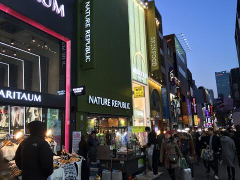 明洞(ミョンドン:명동)はソウルに来たら必ず立ち寄るエリアといわれるほどのソウル最大の繁華街
