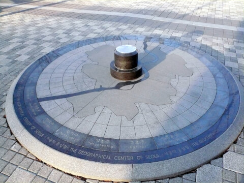 「THE GEOGRAPHICAL CENTER OF SEOUL」(ソウルの中心)