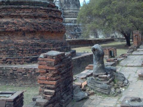 切り落とされた仏像
