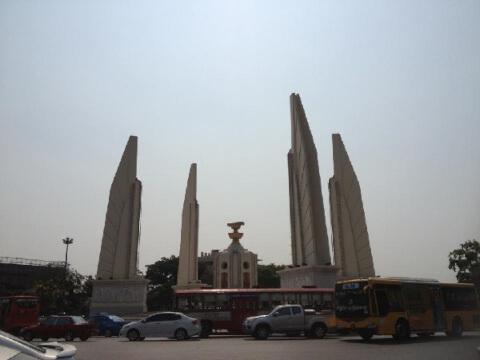 こちらは民主記念塔ですが・・・