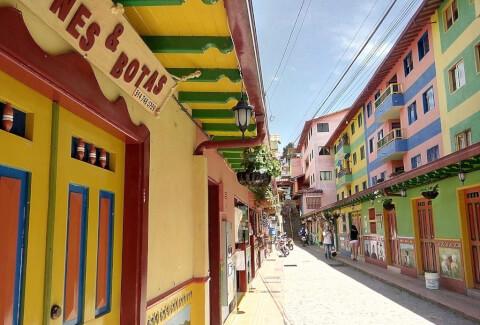 グアタペ コロンビア カラフル 街並み 可愛い