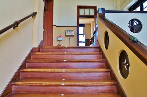 旧豊郷小学校:私立桜が丘女子高等学校の階段3(実写)