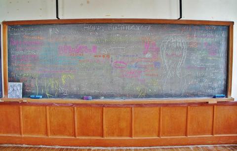 旧豊郷小学校:放課後ティータイムの部室の黒板1(実写)