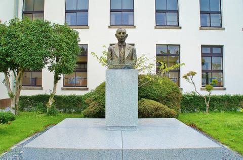 旧豊郷小学校:私立桜が丘女子高等学校の校長先生の像(実写)