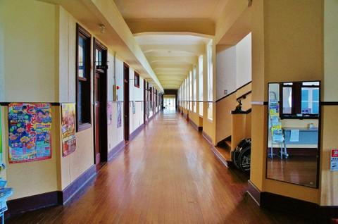 旧豊郷小学校:私立桜が丘女子高等学校の廊下1(実写)