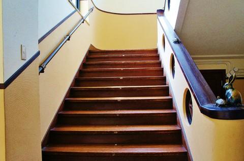 旧豊郷小学校:私立桜が丘女子高等学校の階段1(実写)