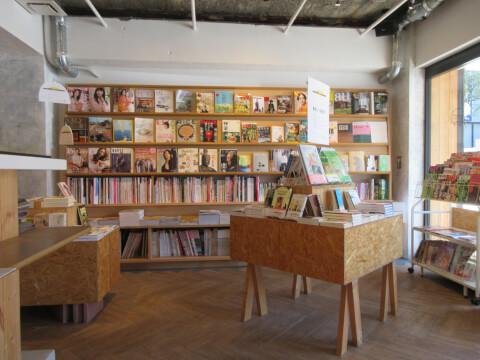 本棚 かもめブックス