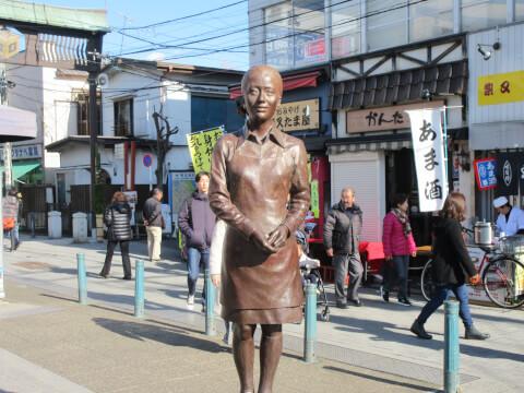 柴又駅前のさくら像