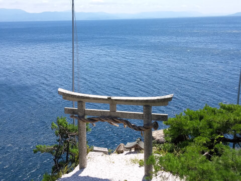 竜神拝所の湖側の窓から琵琶湖を望む