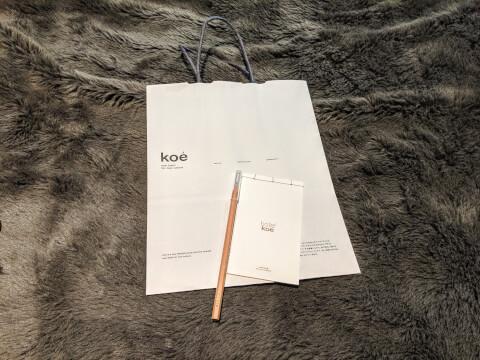 オリジナルロゴ入りのメモ帳と鉛筆、ショッパー