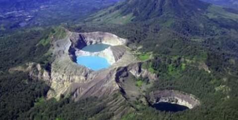 フローレス島 クリムト山 火山湖