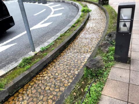 三島駅前の水流