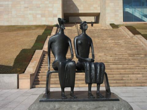 MOA美術館の「ムア スクエア」の銅像