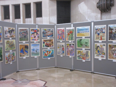 MOA美術館の「円形ホール」内の児童作品展