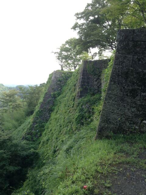 滝震動の滝岡城跡