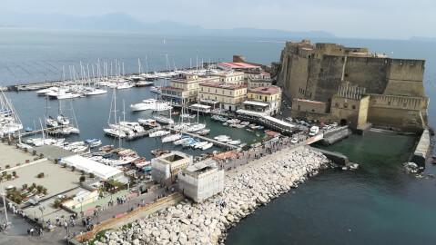 サンタルチア港と卵城