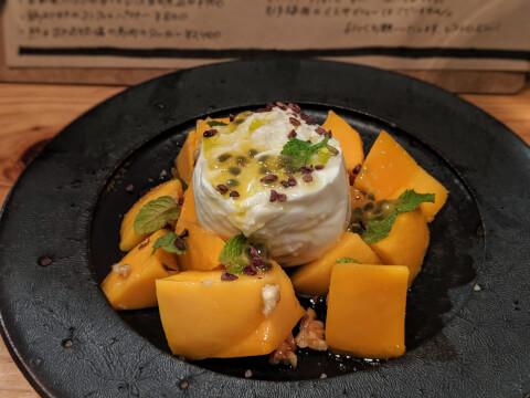 マンゴーとブッラータチーズのサラダ