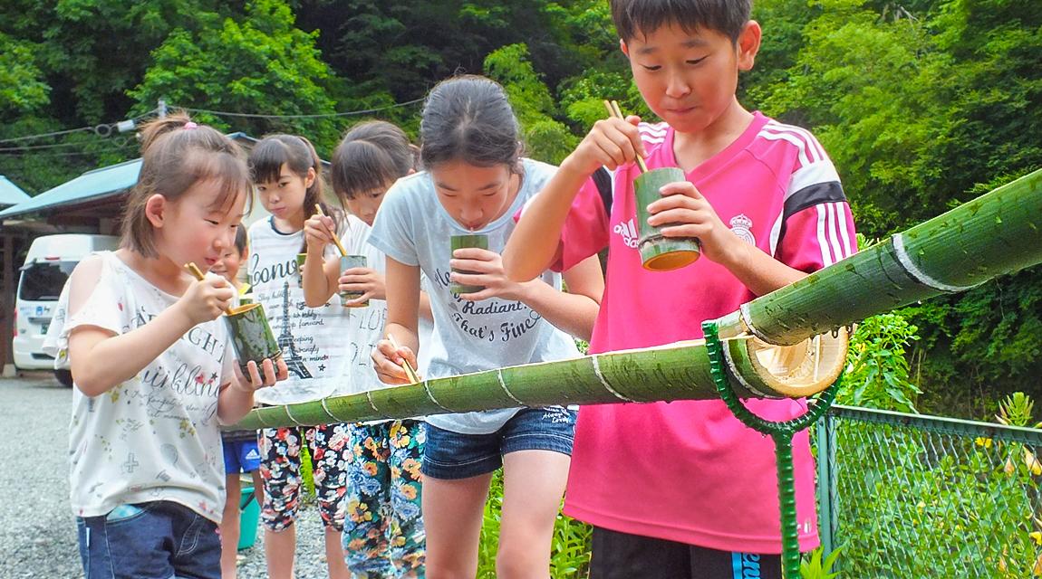 【藤野で流しそうめん】レーンはもちろん、器や箸も竹から作っちゃう!夏の風物詩「流しそうめん」を楽しむ旅!