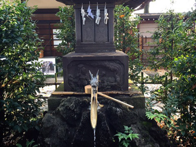 水神社にて御神水を頂きます。
