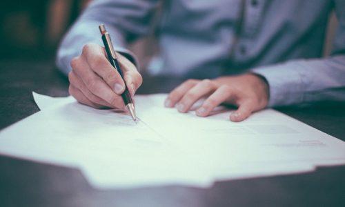 外国人陣採用のためにビザの申請方法をまとめる男性