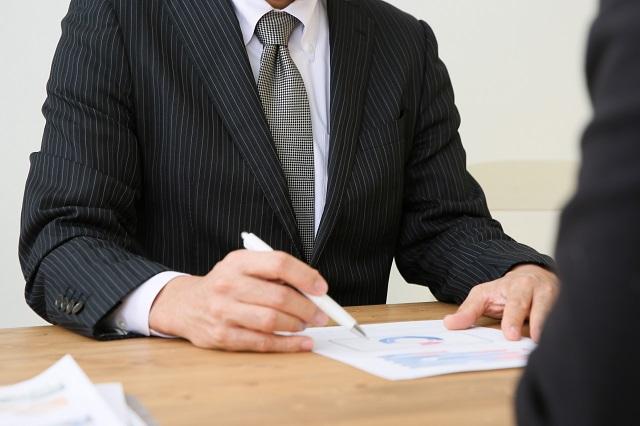 採用手法について人事の担当とMTGする男性