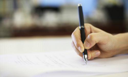 雇用契約書にサインする外国人エンジニア