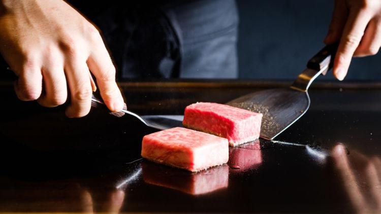 高級鉄板焼きに「革命」を起こした店「粉者」で、予算「2人で1万円」が叶う?