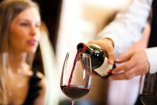 ワイングラスの持ち方にも注意!覚えておきたいワインのマナー