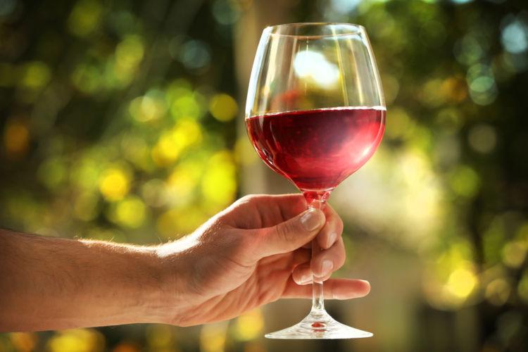ワインを回す理由とは?「スワリング」 の目的と作法を知ろう
