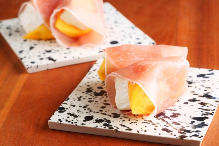 甘味と塩気がおいしい一口サイズのおつまみ「柿とチーズの生ハムロール」