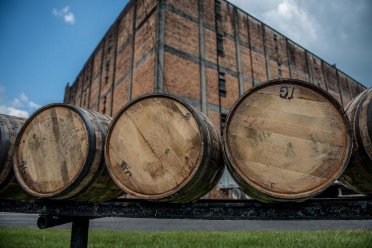 「バーボン樽」に詰めるウイスキーはバーボンだけじゃない?【ウイスキー用語集】