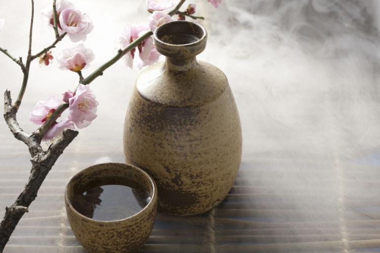 ぬる燗は何度? 燗酒の基本を知って日本酒をもっとおいしく!【日本酒用語集】