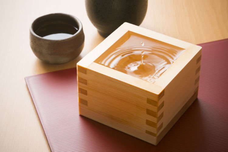 日本酒と焼酎の違いを多方面から解説! 造り方や原料、度数、飲み方まで