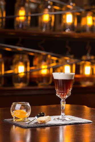 アイリッシュ・ウイスキーを甘味あるホットコーヒーに注いだカクテル