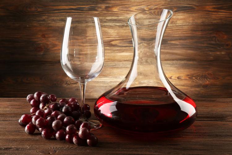 デカンタ(デキャンタ)でワインの魅力はどう変わる? デカンタージュの目的や効果を知ろう